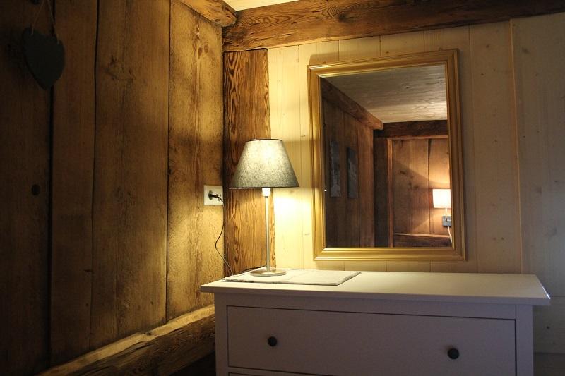 Ferienhaus Obergeschoss: Kommode mit Spiegel im rustikalen ...