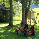 Kettcar und Spielhaus vor dem Ferienhaus / Griesbachhof-Schwarzwald
