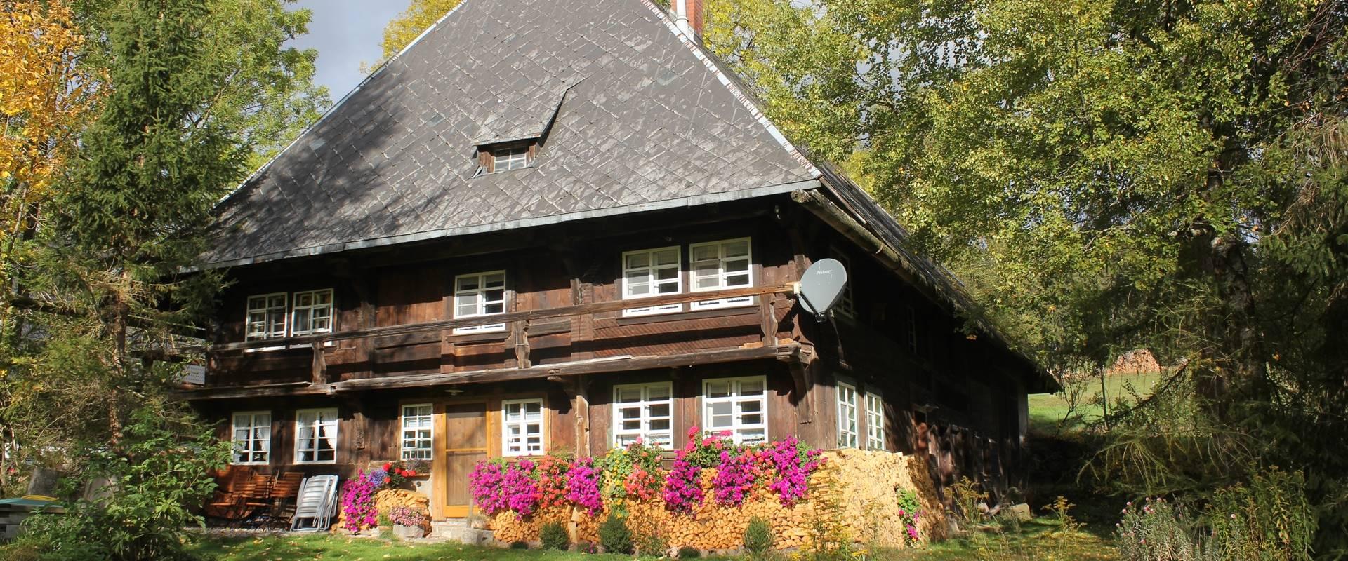 Ferienhaus mit Blumenschmuck im Sommer / Griesbachhof-Schwarzwald