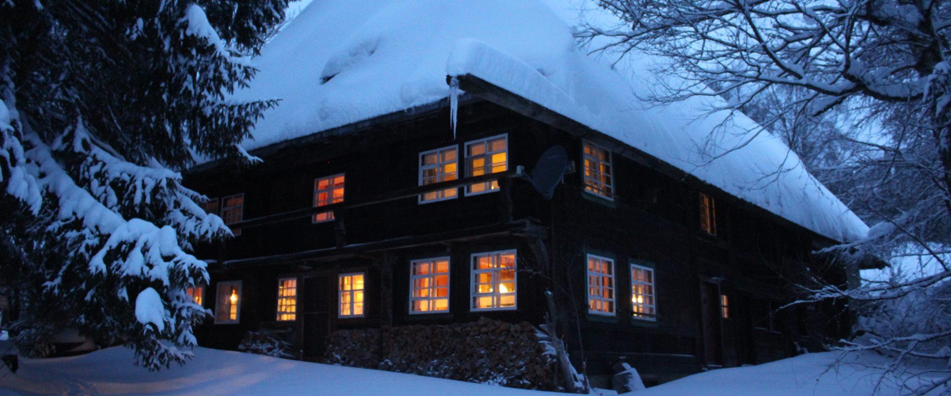 Ferienhaus nachts beleuchtet im Winter / Griesbachhof-Schwarzwald