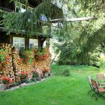 Ferienhaus Außenbereich im Sommer: Sitzgarnitur im Rasen an der Südseite