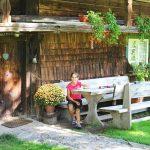 Ferienhaus Außenbereich im Sommer: Paula auf der Garnitur der Westseite
