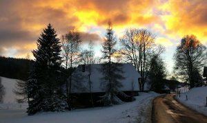 Ferienhaus Außenbereich im Winter: das Häusle im Abendlicht