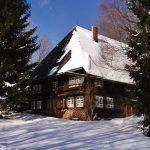 Ferienhaus Außenbereich im Winter: die Südseite im Schnee