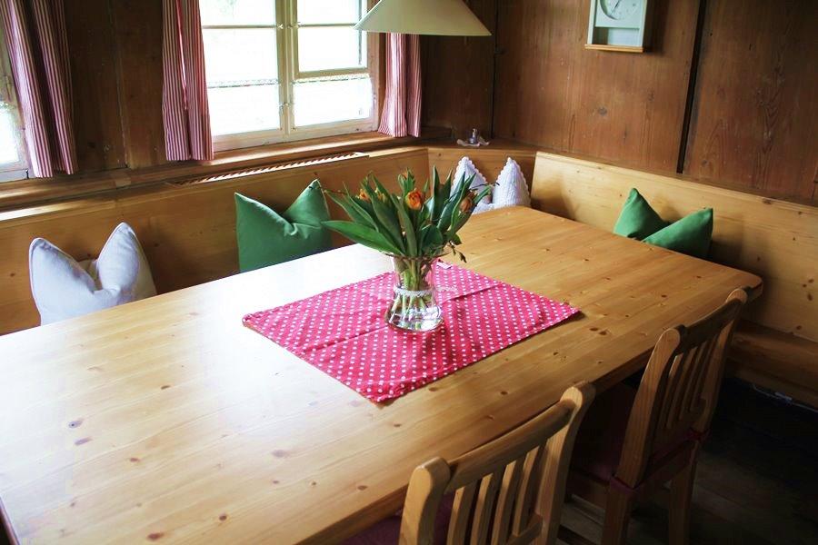 ferienhaus erdgeschoss gro er holztisch mit eckbank und st hlen im esszimmer griesbachhof. Black Bedroom Furniture Sets. Home Design Ideas