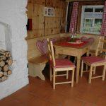 Ferienhaus Erdgeschoss: Tisch mit Eckbank und Stühlen in der Küche