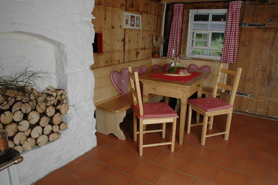 Ferienhaus Erdgeschoss: Tisch mit Eckbank und Stühlen in der Küche ...