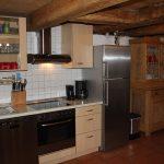 Ferienhaus Erdgeschoss: Küchenzeile mit großem Kühlschrank (mit Gefrierfach) und Oma's traditionellem Küchenschrank