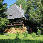 Ferienhaus Außenbereich im Sommer: Das Häusle in der Mittagsonne