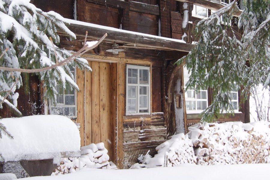 Ferienhaus Außenbereich im Winter: Die verschneite Südfassade