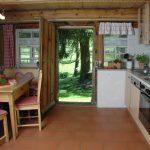 Erdgeschoss: Küche mit Küchenzeile, Küchentisch, Eckbank und Stühlen