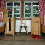 Ferienhaus Obergeschoss: schöne Holz-Einzelbetten im Einzelbetten-Schlafzimmer