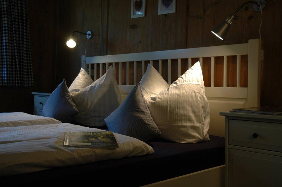 Ferienhaus Obergeschoss: Elegantes Doppelbett Im Weißen Schlafzimmer