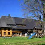 Sommeransicht des Griesbachhofs mit Hofwiese von Osten