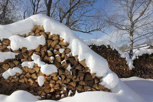 Verschneite Holzbiege am Griesbachhof