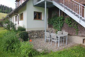 Ferienwohnung Außenbereich: Terrasse mit Garnitur und anliegendem Rasen