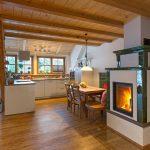 Ferienwohnung Innenräume: Essbereich mit Kachelofen und Designküche