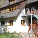 Ferienwohnung Außenbereich: Treppe mit Plattform sowie großer Terrasse
