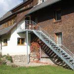 Ferienwohnung Außenbereich: Treppe mit Plattform als Zugang zur großen Terrasse