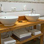 Ferienwohnung Innenräume: großes Badezimmer mit Altholz-Waschtisch