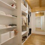 Ferienwohnung Innenräume: begehbarer Kleiderraum mit zahlreichen Schubfächern und großem Spiegel