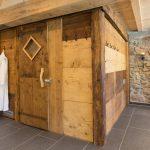 Wellnessbereich: Die Altholz-Sauna von außen