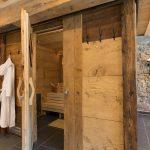 Wellnessbereich: Die urgemütliche Altholz-Sauna von aussen