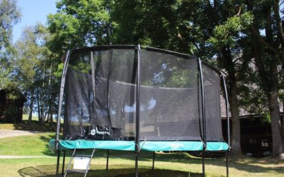 Spiel und Spaß Erlebnisbox: das ovale Turnier-Trampolin auf der Hofwiese