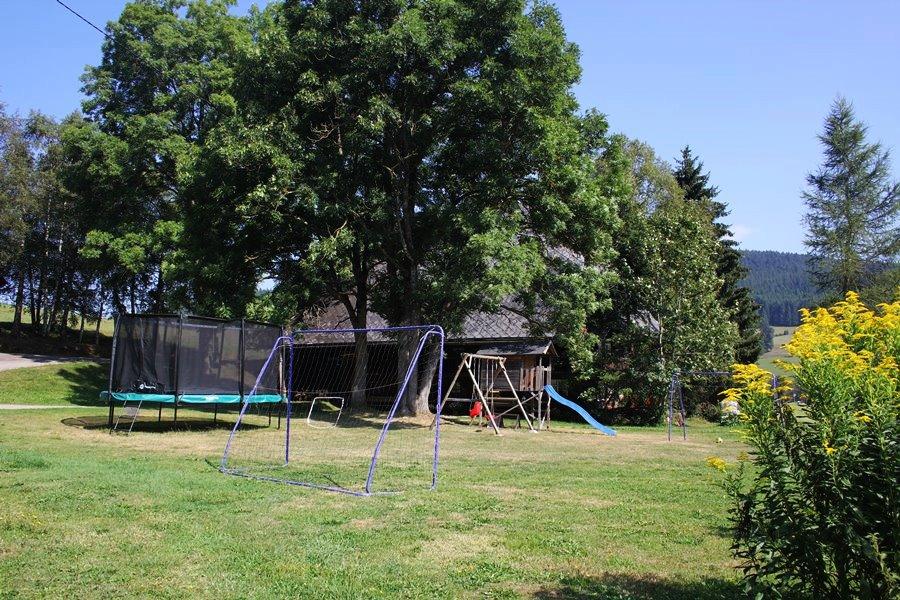 Spiel und Spaß am Griesbachhof: die Hofwiese mit Fußballtoren, Trampolin und Spielhaus