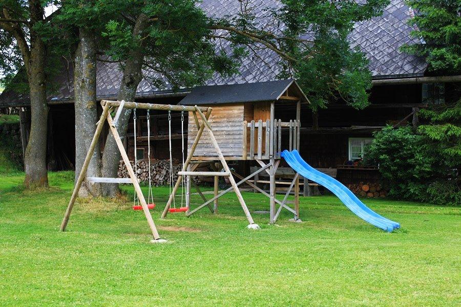 Spiel und Spaß am Griesbachhof: das Spielhäuschen mit Rutsche und Schaukeln