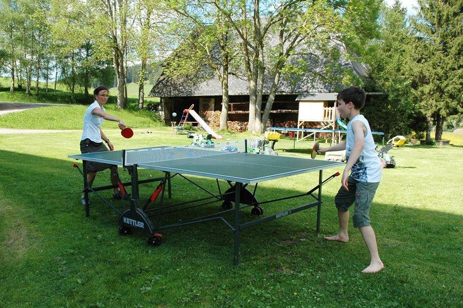 Spiel und Spaß am Griesbachhof: die Outdoor-Tischtennisplatte im Einsatz auf der Hofwiese