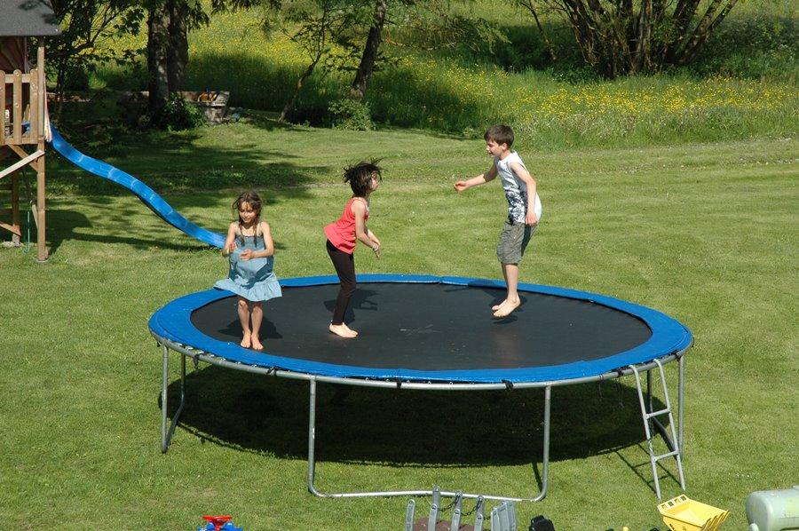 Spiel und Spaß am Griesbachhof: unsere Kinder am Trampolinspringen auf der Hofwiese