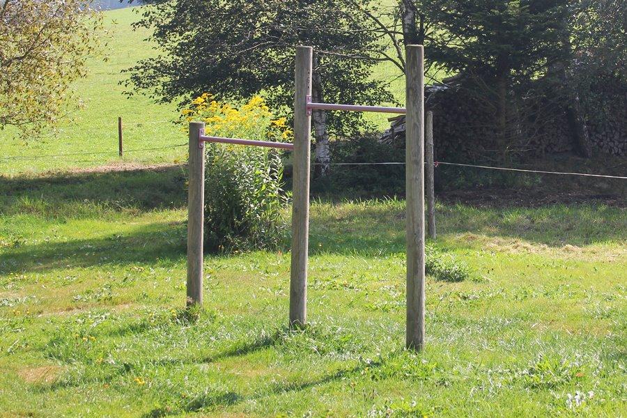 Spiel und Spaß am Griesbachhof: das Reck für begeisterte Turner auf der Hofwiese