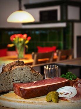 Willkommen Trailer Box Erlebnisse Gastronomie: Schwarzwälder Schinken mit Bauernbrot in der Ferienwohnung