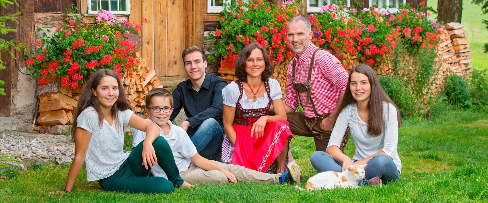 Die Gastgeberfamilie des Griesbachhofs vor dem Ferienhaus Häusle