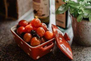 Tomaten in stylischer Keramikschale