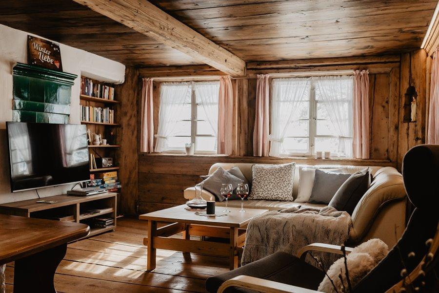 Gemuetliches Wohnzimmer Mit Flachbild Tv Und Ledersofa Sowie