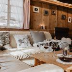 gemuetliches-Wohnzimmer-mit-ledersofa-deckenbeleuchtung-Griesbachhof-Schwarzwald