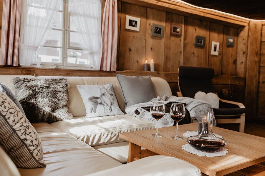 Gemuetliches Wohnzimmer Mit Ledersofa Deckenbeleuchtung Griesbachhof