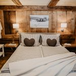 uriges-Schlafzimmer-mit-modernem-Boxspringbett-Griesbachhof-Schwarzwald
