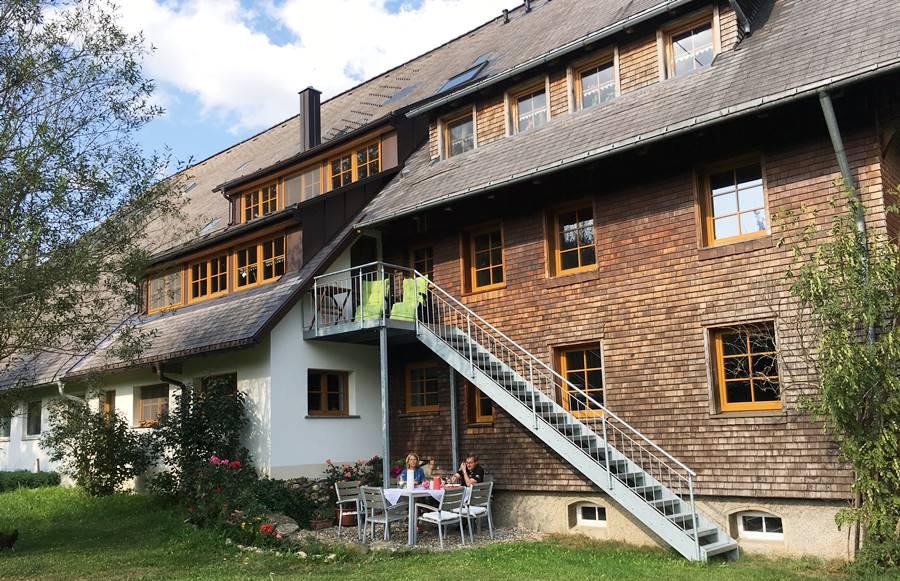 aussenbereich-ferienwohnung-garnitur-sonnenliegen-Griesbachhof-Schwarzwald