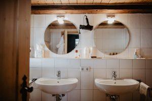 ferienhaus-badezimmer-waschbecken-spiegel-foehn-Griesbachhof-Schwarzwald