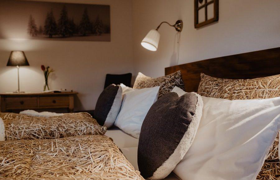 gemuetliches-schlafzimmer-mit-schreibtisch-Ferienwohnung-im-Heustock-Griesbachhof-Schwarzwald