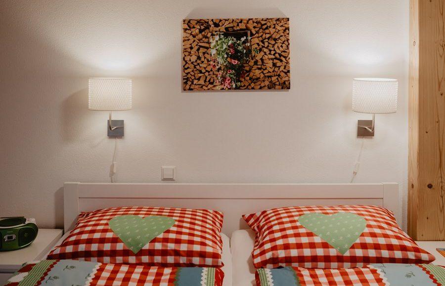 schlafzimmer-weiss-doppelbett-ferienwohnung-griesbachhof-schwarzwald